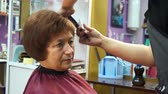 condicionador : Woman in the chair at the stylist
