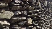 bloc de pierre : Old granite wall with ancient stonework, abstract background. The camera moves from bottom to top. Vidéos Libres De Droits