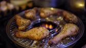 bratpfanne : Process of frying chicken legs on home gas grill. Close-up hands a lid covering the bird with so that it quickly fried. Videos