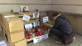 Словакия : OLOMOUC, CZECH REPUBLIC, MARCH 1, 2018: A memorial place with burning candles and photographs of murdered Slovakian journalist Jan Kuciak, man ignites candles with authentic situation