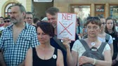 farba : PRAGUE, CZECH REPUBLIC, JUNE 11, 2019: Demonstration of people crowd against the Prime Minister Andrej Babis, a banner with a draw with portrait not to be afraid to lie and steal Wideo