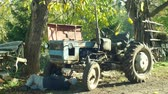 důležitý : OLOMOUC, CZECH REPUBLIC, OCTOBER 24, 2018: Tractor stark historical home made, 60 years old, farmers in the village are home-made, old man carries out the test and engine start test