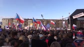 dimissioni : PRAGUE, CZECH REPUBLIC, NOVEMBER 16, 2019: Demonstration of people crowd against Prime Minister Andrej Babis demise, 300,000 mass protesters crowd throng of activists Letna Prague, flags and banners Filmati Stock