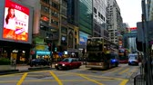 dubbeldekker : De Nathan Road in het Mong Kok-district van Hong Kong Stockvideo