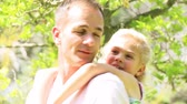 moda : Father giving little girl piggyback ride in a park. Footage in high definition