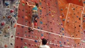 difícil : Rock climber ascending the wall in high quality