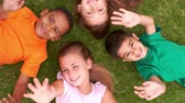 amontoado : Smiling children lying in circle on the grass