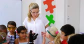 escrutínio : Teacher assisting kids in laboratory at school 4k
