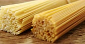 feixes : Two bundles of raw spaghetti on wooden table