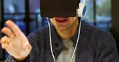 fones de ouvido : Smiling man using virtual reality headset at home