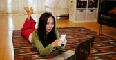 молодая женщина взрослых : Woman using mobile phone in living room at home