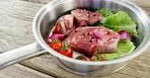 шалот : Close-up of marinated meat chops and vegetables in the pan