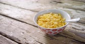 mesa de madeira : Close-up of wheaties cereal in a bowl 4k