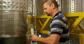 cervejaria : Mature male worker working in factory 4k