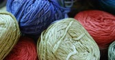 variação : Close-up of different coloured woollen yarn bunches at workshop 4k