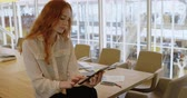 rolování : Young female executive using digital tablet in office 4k