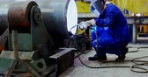 kask : Male engineer using welding torch in workshop 4k Wideo