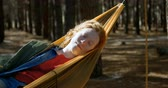 zavřenýma očima : Young woman sleeping on a hammock in the forest 4k Dostupné videozáznamy