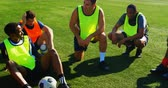 arremesso : Football players taking a break while practicing in the field 4k