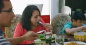 domicílio : Family members having lunch on dining table at home 4k Stock Footage