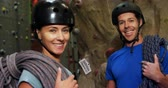 alpinista : Portrait of man and woman with ropes smiling at the bouldering gym 4k
