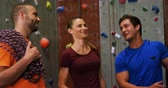 альпинист : Smiling men and woman interacting at the bouldering gym 4k