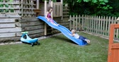 irmãs : Siblings playing on slide at backyard 4k