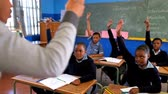 estudioso : Schoolkids hands raised in the classroom at school 4k