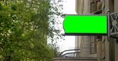 низким углом зрения : Led hoarding on the exterior of the building in city. Green screen display on the led hoarding 4k