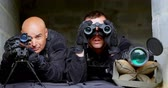 tática : Front view of caucasian military soldiers looking through binoculars and riflescope at training. They are lying on ground 4k Vídeos