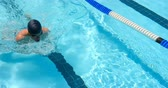 длина : Male swimmer swimming inside pool. Man swimming under water 4k