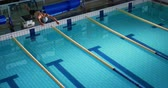 badehose : High angle side view of a young Caucasian male swimmer training in a swimming pool, jumping into water Videos