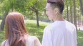 датировка : Young Asian Couple In The Park Стоковые видеозаписи