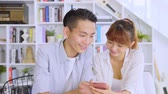 приятель : Asian Couple Chatting In The Living Room Стоковые видеозаписи