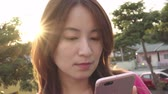 kullanma : Young Asian Woman Using Smartphone Stok Video