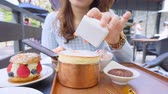 filme : Young Woman Eating Cake To Drink Tea At Coffee Shop