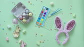 яйцо : Colorful easter egg decoration on green background. Стоковые видеозаписи