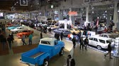 auto tamponneuse : HELSINKI, FINLANDE - LE 16 AVRIL 2017: Beaucoup de superbes anciennes voitures anciennes au salon de l'automobile. Le 40e American Car Show à Helsinki Fair Centre Vidéos Libres De Droits