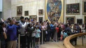 anêmona : PARIS, FRANCE - AUGUST 1, 2017: Visitors waiting on queue to see the Mona Lisa painting. Many people appreciate paintings in the Louvre Museum in Paris, France. Stock Footage