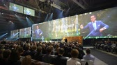 auditório : HELSINKI, FINLAND - OCTOBER 02, 2017: Richard Quest - CNN Business Correspondent speaks before the huge audience. Nordic Business Forum is annual business conference - 6000 attendees from over 30 countries. Vídeos
