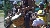 bicí : HELSINKI, FINLAND - MAY 26, 2018: Young natives of Africa and the locals dance and play traditional folks drums in a City Park in Helsinki. Dostupné videozáznamy