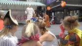 circo : JYVASKYLA, FINLAND - AUGUST 17, 2018: Theatre from Estonia Royal Giraffe shows street performance Clown-power during the international theatre festival Art-Workshop Stock Footage