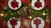 lentejoula : Festive christmas red table setting with candles and garland. Top view Vídeos