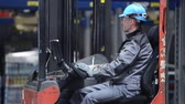 makinesi : Warehouse Worker in the Forklift Stok Video