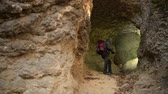 tunel : Small Cave Exploring by Caucasian Hiker in His 30s. Dostupné videozáznamy