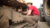 escavadeira : Heavy Equipment Worker in His 30s. Caucasian Heavy Equipment Mechanic Vídeos