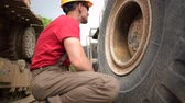 tekerlekler : Construction Industry Job. Heavy Duty Equipment Mechanic in His 30s. Stok Video