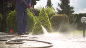 yıkayıcı : Men Using Pressure Washer For Driveway Cleaning. Stok Video