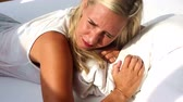 hora de dormir : blond woman waking up on sunny morning and does not want to get up