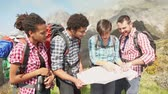 dráha : Group of Hikers Looking at Map